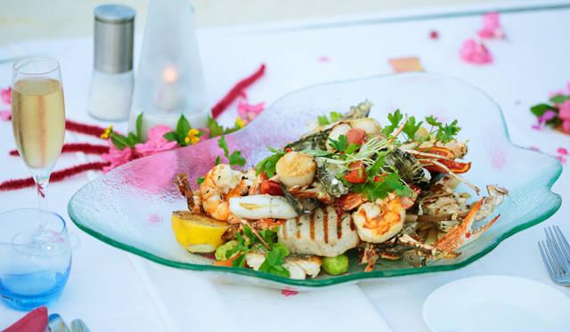 ロブスターとシャンパーニュが自慢のレストラン「ムマヤズ」が、砂浜まで料理を届けてくれる