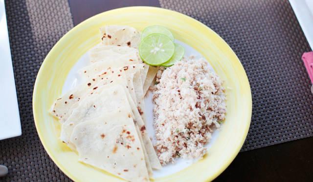 モルディブ人にとって朝食の定番といえば「マスフニ」。スパイスで味つけしたカツオのフレークを、ロシに巻いて食べる