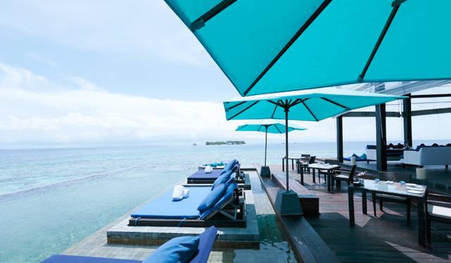 水上ヴィラの敷地内に建つレストラン「アザラ」。波の音を聞きながらとる食事は格別だ
