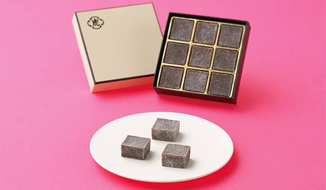 <strong>とらや</strong><br/>ビターチョコレートとラム酒をくわえた羊羹に、グラニュー糖をまぶした一口サイズの「羊羹 au ショコラ」。2005年にパリ店25周年を記念して発売され、現在はとらやパリ店限定の人気アイテムを、バレンタインに合わせて日本でも数量限定で販売。口のなかで広がるチョコレートの豊かな風味と羊羹の食感は、コーヒーや洋酒との相性も抜群だ。 <br/><br/> <strong>「羊羹 au ショコラ」</strong><br/> 価格 |1512円<br/> ※販売期間、販売店舗などはウェブサイトを参照 <br/> <br/> とらや 赤坂本店 <br/> 東京都港区赤坂4-9-22 <br/> Tel. 03-3408-4121(代)<br/> http://www.toraya-group.co.jp/main.html