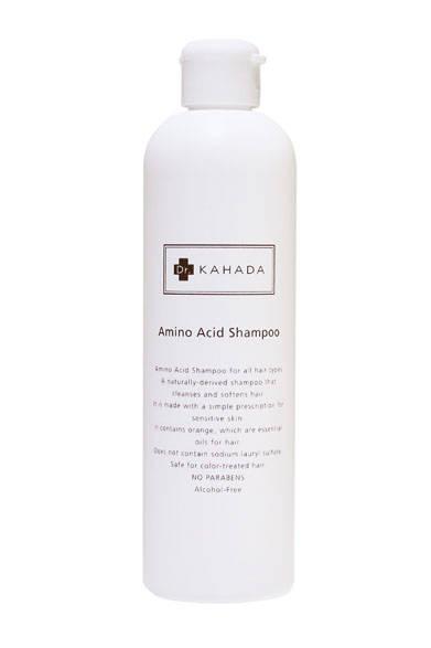 低刺激で安全性・生分解性に優れたアミノ酸系洗浄成分をたっぷりと配合したヘア&ボディシャンプー。植物からとれる多糖類(セルロース)にプラスイオンをくわえ、柔軟性に優れたコンディショニング剤を配合。コンディショナーをつけなくてもきしまないのもうれしい。敏感肌のためのシンプル処方で、肌の敏感な方、アトピーの方、石鹸が苦手な方にも安心。天然のオレンジエッセンシャルオイル(精油)使用。皮膚科医によるアレルギーテスト済み。アルコール、パラベン不使用。ヘア&ボディシャンプー「カハダ ACシャンプー」3240円(300ml)