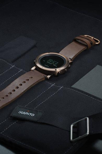 時計本体を収納できる専用ケース「ウォッチ・ロール」。ロゴ入りオリジナルペンシルやクリーニングクロス、フィールドノート付属。