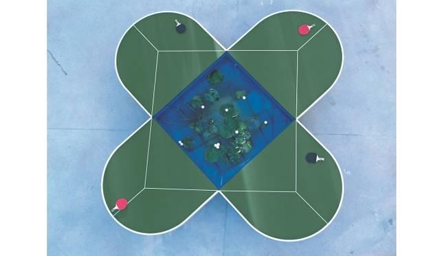 ガブリエル・オロスコ《ピン=ポンド・テーブル》1998年 変形卓球台、卓球ラケット、ボール、水槽、ポンプフィルター、蓮 H76.7 × W424.5 × D424.5 cm 金沢21世紀美術館 蔵
