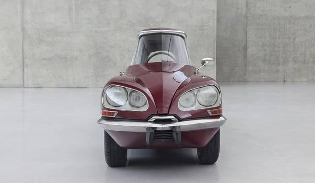 ガブリエル・オロスコ《La DS カーネリアン》2013年  変形した車 489 × 122 × 147cm