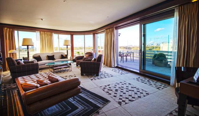 45 Park Lane|45パークレーン<br>客室でもっとも広く優雅なスペースを有する最上階にある「ペントハウス」。ハイドパークを手前に、奥にはロンドン市街地が大パノラマで見渡せる