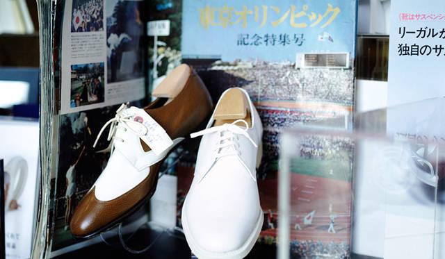 東京オリンピックの靴。白のプレーントウは開会式、ウイングチップは移動用の靴として支給された