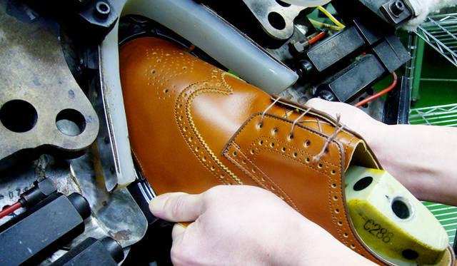 写真6枚目から10枚目は、岩手の工場で撮影した靴の製作風景。写真は、革を木型に沿わせる釣り込みと呼ぶ工程。爪先を成形するこちらのマシンはトウラスターという