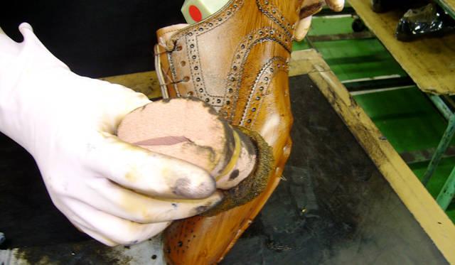 仕上げ材の工程。スポンジを使い、職人が一つひとつ手で塗り込んでいく