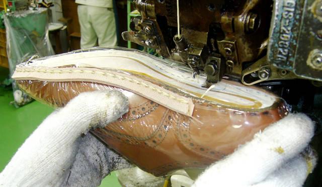 複式縫いといわれるグッドイヤーウェルト製法の第一工程がこのすくい縫い。ビニールの膜はキズ除け