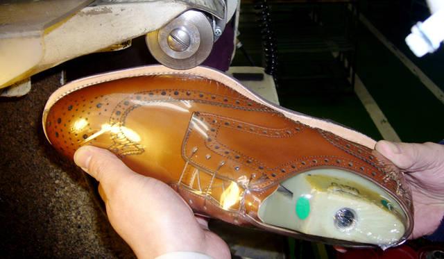 コバを削り、整える工程。コバは靴の印象を決める大切なパーツである