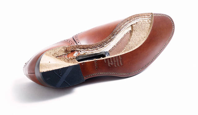 グッドイヤーウェルト製法で作られたリーガルの靴の底部。クッションを生むコルクが敷かれ、中央には靴の背骨となるシャンクが配されている