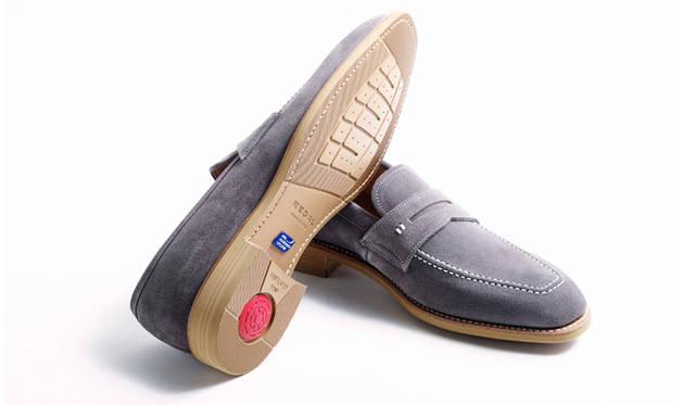 ローファーのソールには、エアローテーションシステムを採用。ヒール部分のポンプから靴の中に空気を送り込み、快適な履き心地を実現