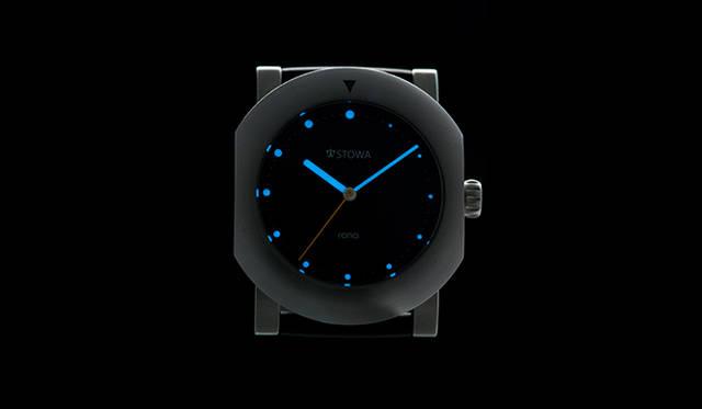文字盤に蓄光塗料であるルミノヴァを使用。暗闇でも時間を確認できる仕様になっている。