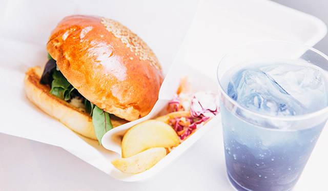 フードコーナーでは、2ショップ出店。東京・三宿「kong tong」のハンバーガーとオリジナルカクテル「Manta」
