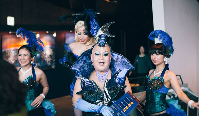 ドラァグクイーンや華やかな踊り子達がエントランスでお出迎え