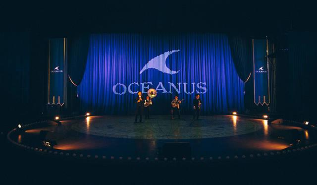 開演前の場内。カシオの最高峰モデル「オシアナス」のロゴがブルーのカーテンに輝く