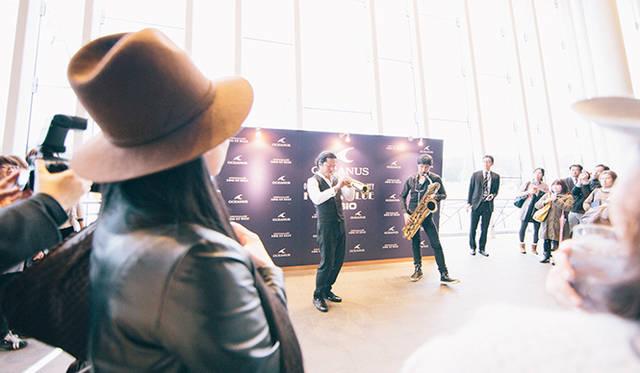 藤枝伸介氏とスカパラの谷中 敦氏による、2 of a kind がサプライズで開演前のロビーでライブ