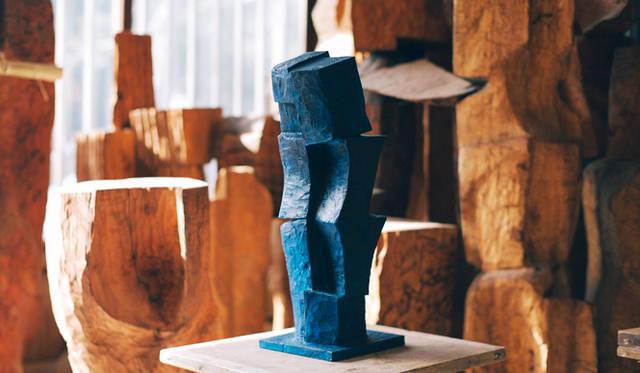 """彫刻家・矢崎良祐さんの自宅に隣接するアトリエ兼倉庫にて、今回のコラボレーション作品『Urusuodok』を撮影した。窓から差し込むやわらかい光を受け、鮮やかに、静かに""""鼓動する""""音が聞こえてきそうな気がする"""