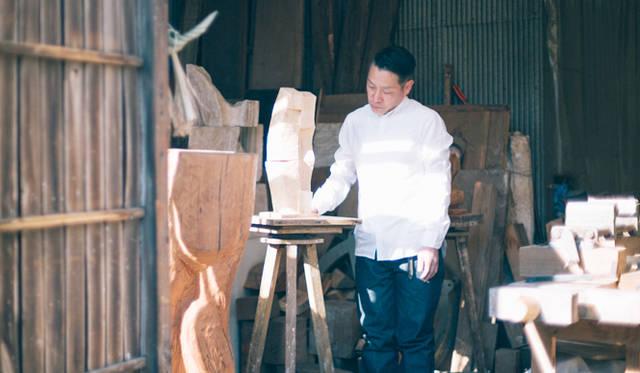 まっさらな木肌が眩しい、製作途中の作品を眺める矢崎さん。「リーバイス<sup>&#174;</sup> メイド アンド クラフテッド™」(以下、LMC)の洗いざらしのシャツとも、シンクロしているように見える