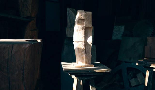 光の当たり方、見る角度によって異なる表情を生み出すのも、矢崎さんの彫刻作品の特徴だ