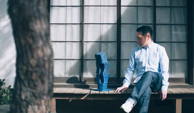 日本家屋の縁側にも不思議とマッチする、インディゴブルーの『Urusuodok』と矢崎さん