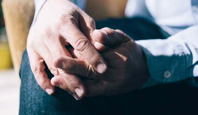 太く、無骨で、温もりを感じる矢崎さんの手指。「坂本龍一さんの手にそっくりだ」と言うフォトグラファーの言葉に、照れ笑いを浮かべていた