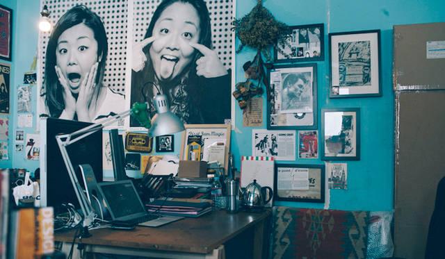 多彩なアーティストが集うシェアオフィスが、ワダさんの普段の仕事場。「大きくない作品なら、だいたいこのデスクで描いています」