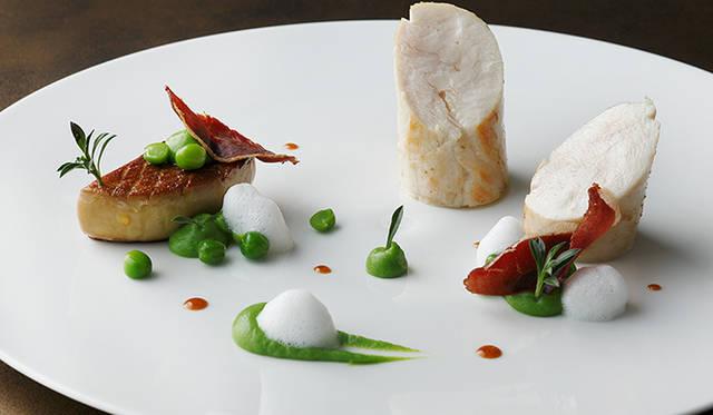 「クリエイティブコース」<Br / > フランス・ブレス産鶏胸肉を優しく火入れして<Br / > フォアグラのポワレ<Br / > プティポワのピュルプ 鴨のラルドン<Br / > フュメのエキュムとサリエット風味のジュ