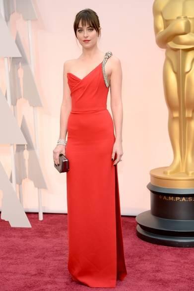 <strong>Dakota Johnson|ダコタ・ジョンソン</strong></br></br>  話題作『フィフティ・シェイズ・オブ・グレイ』の主演女優ダコタ・ジョンソンがレッドカーペットに登場。</br></br>  ドレス:サンローラン</br> ジュエリー:フォーエバーマーク</br></br>  Courtesy of SAINT LAURENT