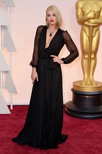 <strong>Margot Robbie マーゴット・ロビー</strong></br></br>  プレゼンターを務める女優のマーゴット・ロビー。</br></br>  ドレス:サンローラン</br> ネックレス:ヴァン クリーフ&アーペル</br></br>  Courtesy of SAINT LAURENT