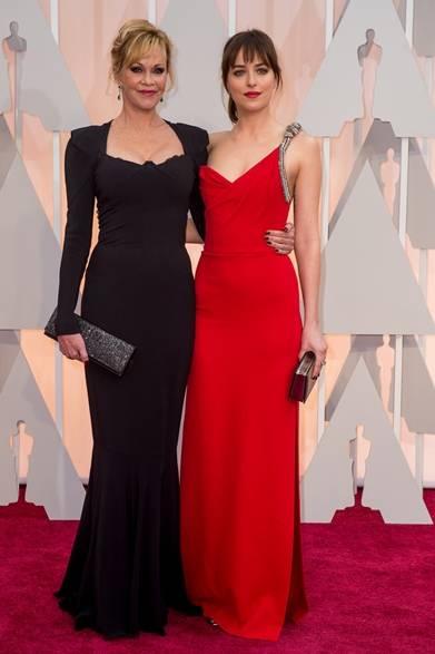 <strong>(左より)Melanie Griffith  & Dakota Johnson|メラニー・グリフィス&ダコタ・ジョンソン</strong></br></br>  ダコタ・ジョンソンは女優である母のメラニー・グリフィスと一緒に登場。</br></br>  ダコタ・ジョンソン</br> ドレス:サンローラン</br> カフス:フォーエバーマーク
