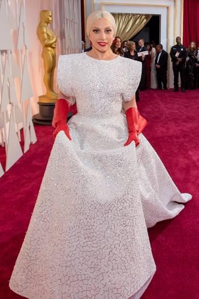 <strong>Lady Gaga|レディ・ガガ</strong></br></br>  パフォーマーを務めるレディ・ガガはアライアのドレスをチョイス。</br></br>  ドレス:アズディン・アライア</br> ジュエリー:ロレーヌ・ シュワルツ