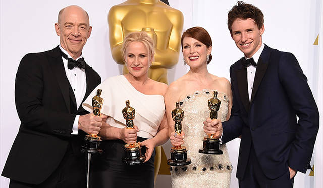 <br /> 今年の俳優部門を制した4人。左から助演男優賞のJ・K・シモンズ(『セッション』)、助演女優賞のパトリシア・アークエット(『6才のボクが、大人になるまで。』)、主演女優賞のジュリアン・ムーア(『アリスのままで』)、主演男優賞のエディ・レッドメイン(『博士と彼女のセオリー』)<br /> Photo by Steve Granitz ©  WireImage