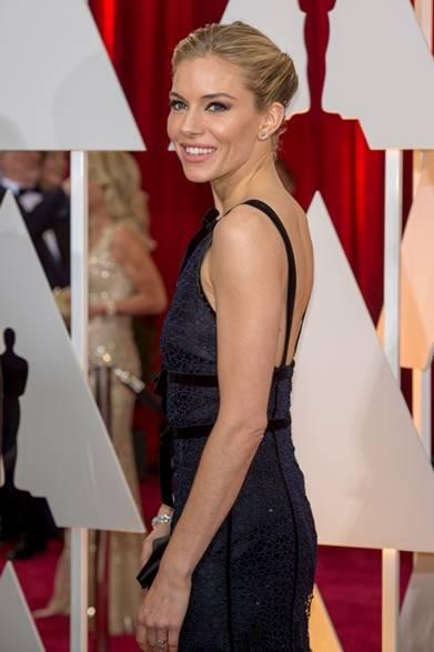 6部門でノミネートされた注目作品『アメリカン・スナイパー』の主演女優シエナ・ミラー。</br></br>  ドレス:オスカー・デ・ラ・レンタ</br> ジュエリー:フォーエバーマーク</br></br>