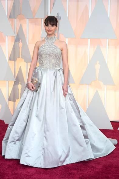 <strong>Felicity Jones|フェリシティ・ジョーンズ</strong></br></br>  映画『博士と彼女のセオリー』で主演女優賞をノミネートされたフェリシティ・ジョーンズ。</br></br>  ドレス:アレキサンダー・マックイーン