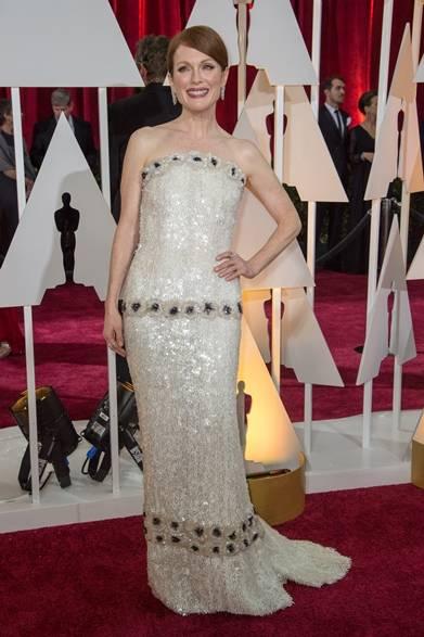 <strong>Julianne Moore|ジュリアン・ムーア</strong></br></br>  映画『アリスのままで』の主演女優賞ではじめてオスカーを獲得したジュリアン・ムーア。</br></br>  ドレス:シャネル</br> ジュエリー:ショパール