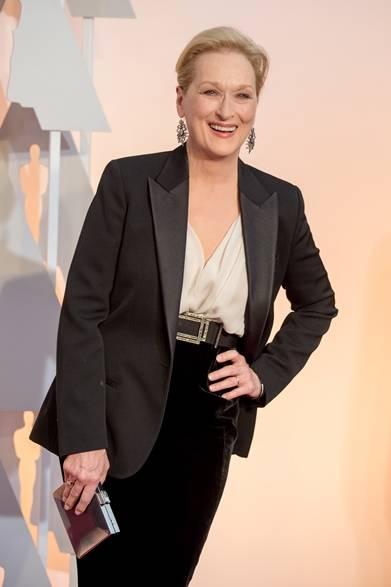 <strong>Meryl Streep|メリル・ストリープ</strong></br></br>  映画『イントゥ・ザ・ウッズ』で助演女優賞にノミネートされたメリル・ストリープ。</br></br>  セットアップ:ランバン</br> クラッチバッグ:サルヴァトーレ フェラガモ