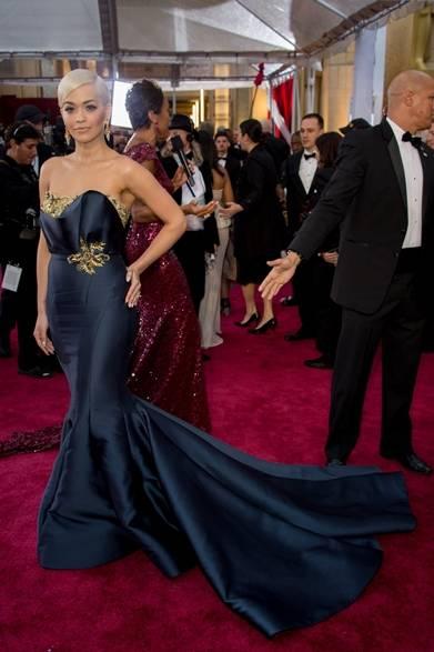 <strong>Rita Ora |リタ・オラ</strong></br></br>  パフォーマーを務める歌手のリタ・オラ。</br></br>  ドレス:マルケッサ</br>
