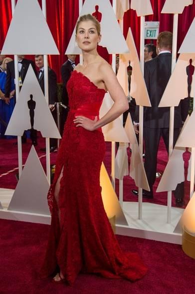 <strong>Rosamund Pike|ロザムンド・パイク</strong></br></br>  映画『ゴーン・ガール』主演女優をノミネートされたロザムンド・パイク。</br></br>  ドレス:ジバンシィ オートクチュール バイ リカルド ティッシ</br> イヤリング:ロレーヌ・ シュワルツ