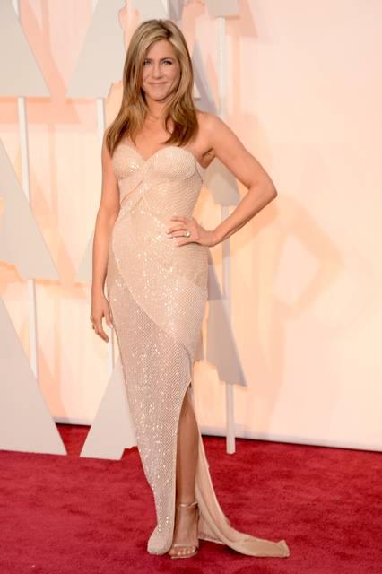 <strong> Jennifer Aniston|ジェニファー・アニストン</strong></br></br>   ドレス:アトリエ ヴェルサーチ