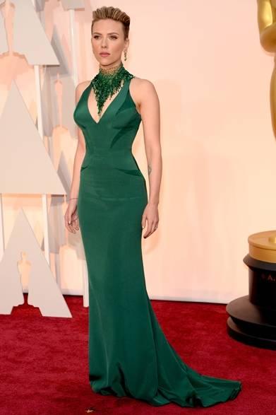 <strong>Scarlett Johansson|スカーレット・ヨハンソン</strong></br></br>  昨年の9月に女児を出産したスカーレット・ヨハンソンは、襟元にスワロフスキーのクリスタルを飾ったエメラルド グリーンのドレスを着用して登場。</br></br>   ドレス:アトリエ ヴェルサーチ