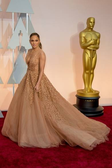<strong>Jennifer Lopez|ジェニファー・ロペス</strong></br></br>  ドレス:エリー サーブ</br> クラッチバッグ:サルヴァトーレ フェラガモ