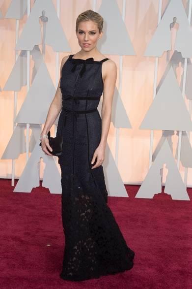 <strong>Sienna Miller|シエナ・ミラー</strong></br></br>  6部門でノミネートされた注目作品『アメリカン・スナイパー』の主演女優シエナ・ミラー。</br></br>  ドレス:オスカー・デ・ラ・レンタ</br> ジュエリー:フォーエバーマーク