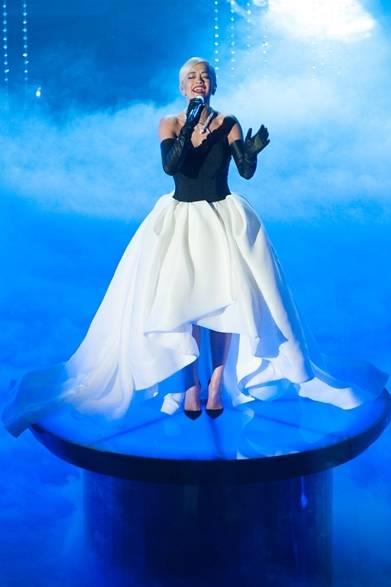 <strong>Rita Ora |リタ・オラ</strong></br></br>  歌曲賞にノミネートされた映画『ビヨンド・ザ・ライツ』の主題歌『Grateful』を披露したリタ・オラ。</br></br>   ドレス:ヴェラ・ウォン</br> ネックレス:ブルガリ