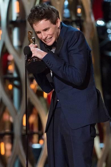 第87回アカデミー賞がロサンゼルスのドルビー・シアターで開幕された。OPENERSでは、数々豪華なセレブティーのレッドカーペット、ステージやアフターパーティのルックを随時更新してお届け!</br></br>  <strong>Eddie Redmayne|エディ・レッドメイン</strong></br></br>  主演男優賞に授賞したエディ・レッドメインは興奮を抑えきれず、感動的なスピーチを披露した。</br></br>  タキシード:アレキサンダー・マックイーン