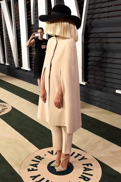 <strong>Sia|シーア</strong></br></br>  アフターパーティーに「覆面アーティスト」とも呼ばれるシーアが登場。</br></br>  ケープ&パンツ:ジョルジオ アルマーニ