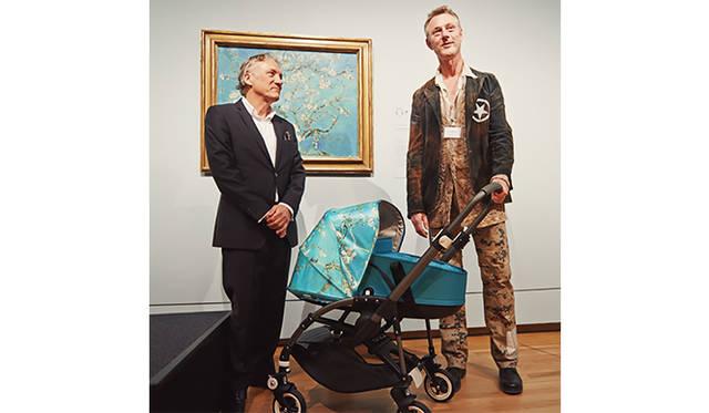 (左より)ゴッホの甥の孫/ゴッホ美術館の顧問ウィレム・ヴァン・ゴッホ氏と、バガブーの創業者/チーフデザイナーのマックス・バレンブルグが作品の前に「Bugaboo Bee³ + Van Gogh」を披露した。