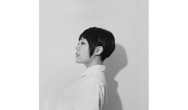 作曲家、ボーカリスト、ピアニストでもある小田朋美。