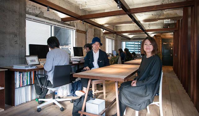 東京新事務所にて、谷尻 誠氏(中央)と吉田 愛さん(右)