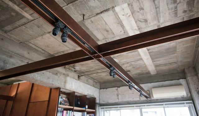 H形鋼には可動式のスポット照明が取り付けられている